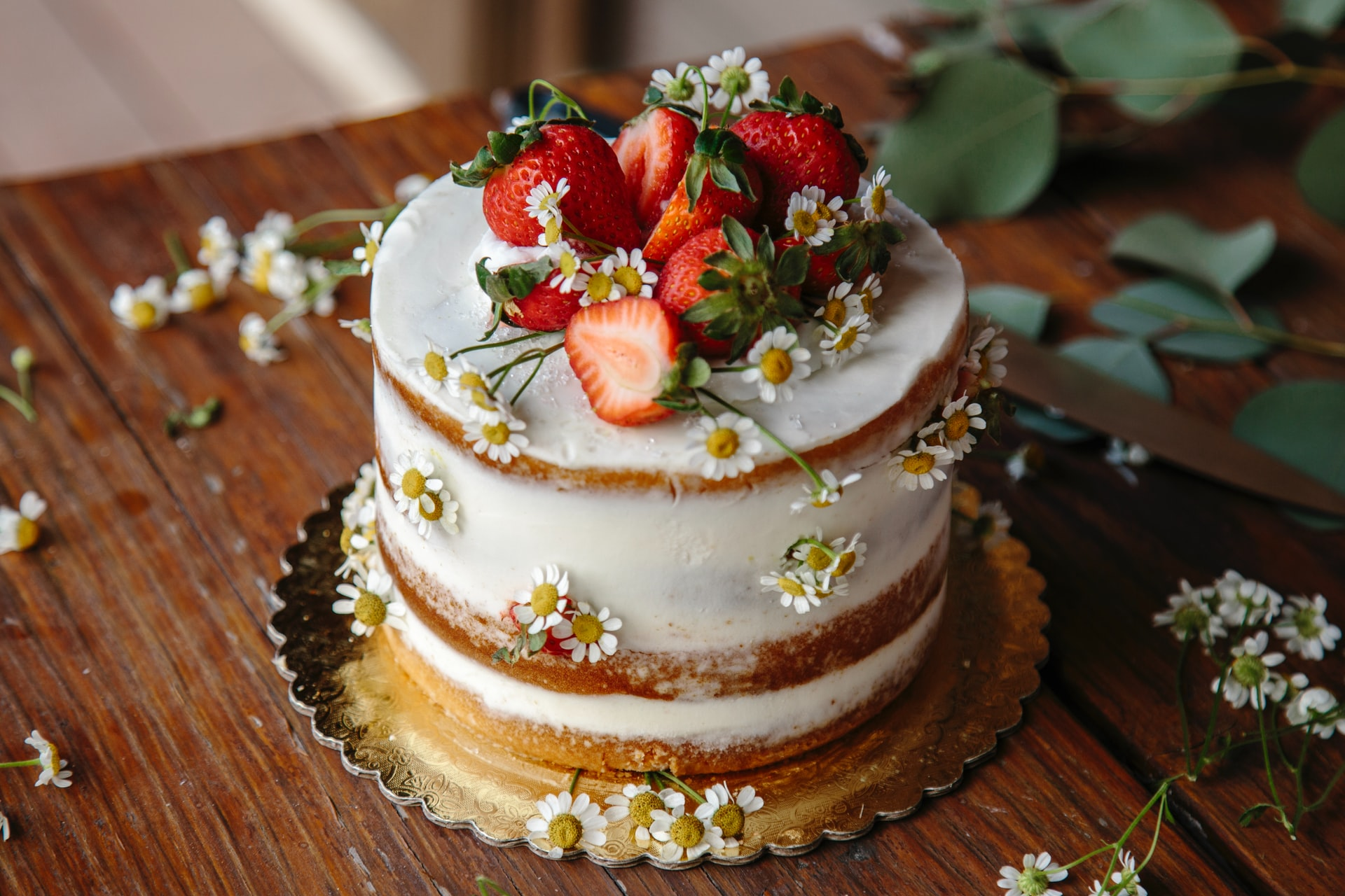 photo of a wedding cake topped with strawberries what questions to ask a cake maker with the celebrant angel